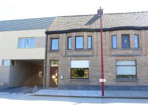 Centraal gelegen woning met 3 slaapkamers, garage en ruime koer. Deze woning is volledig gerenoveerd en geniet tevens een ruime living en zolder. CV a