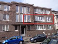 Goed gelegen appartement met drie slaapkamers te Sint Amandsberg. Het appartement is als volgt ingedeeld: inkomhal, apart gasten toilet, leefruimte,
