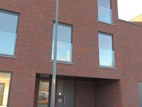 Nieuwbouwwoning gelegen in Gent centrum met zonnig tuintje.<br /> De woning is als volgt ingedeeld: op het gelijkvloers is er een inkomhal, gastentoil
