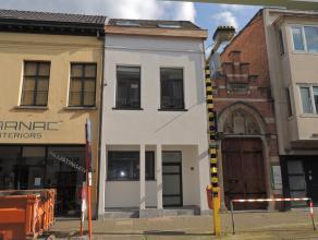 Prachtig gerenoveerde stadswoning in hartje van Sint-Niklaas.<br /> De woning is als volgt ingedeeld op het gelijkvloers een inkomhal, gasten toilet,