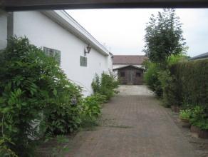Op een mooie rustige ligging vind je deze bungalow met een lichte Spaanse invloed!<br /> De indeling is : inkom, living, een volledig ingerichte keuke