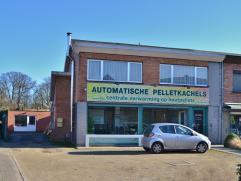In de gezellige dorpskern van Landegem huist dit handelspand op 929 m². Op het gelijkvloers bevindt zich een ruime showroom met lichtrijke etalag