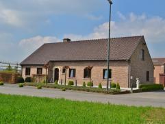 Op wandelafstand van het centrum van Nevele bestaande bevindt zich deze alleenstaande woning met een bewoonbare opp van 174 m², een ruime loods (