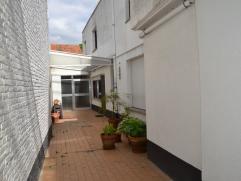 In de schaduw van het centrum in Nevele verkopen wij een instapklare rijwoning met ruime atelier of werkplaats op 391m².  De woning telt 3 volwa