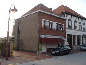 Woning met atelier en loods in het centrum van Nevele, centraal gelegen op 100 meter van de markt en de kerk. Deze half open bebouwing, naast de Poeke