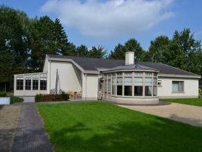 Achter de toegangspoort vinden we deze recent (2008) vernieuwde villa met open karakter (grondoppervlakte 2201m²). Dit verdoken 'stukje' paradijs