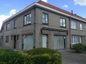 Ruime woning met handelsruimte (of uit te breiden woongedeelte) nabij het centrum van Aalst.   Het lichtrijke verdiep is volledig ingericht als woon