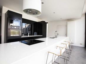 Modern gerenoveerde woning die zich presenteert als het perfecte woonplaatje... Gelegen op een centrale locatie, recht tegenover het nieuwe parkbos w