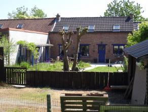 In Ophasselt, deelgemeente van Geraardsbergen bieden wij een gerenoveerde woning aan, op een bijzondere locatie. Typerend voor deze uiterst charmante