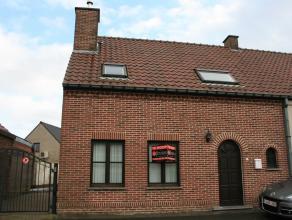 Tussen de Vlaamse Ardennen en de Denderstreek kronkelt deze straat zich een weg tussen het herderlijke landschap van Brakel. <br /> Deze halfopen woni