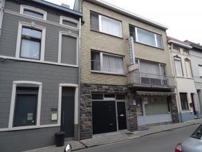 Deze woning in het centrum vlakbij de markt is momenteel onderverdeeld in een handelspand met woonst maar kan ook omgebouwd worden tot é&eacute