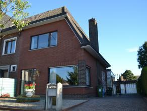 In een gezellige en rustige wijk te centrum Wondelgem vindt u deze instapklare halfopen woning.<br /> <br /> U wandelt via een aangelegde voortuin en