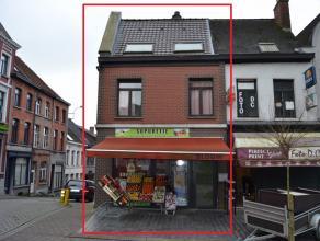 Ruim handelspand met bovenliggend appartement met 4 slaapkamers. Commerciële ligging op de Markt met parkeergelegenheid rondom. <br /> Beide enti