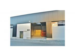 Dit nieuwbouw magazijn maakt deel uit van een groter complex gelegen op een terrein met zichtlocatie langsheen de E17 te Zwijndrecht. Het magazijn vol