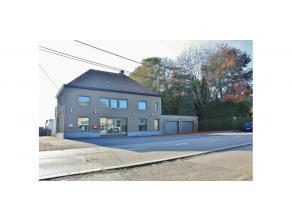 Het bedrijfsgebouw is gelegen op een perceel van 6.436m² in een industriezone langsheen de Waregemseweg te Wortegem-Petegem. Er is een vlotte ber