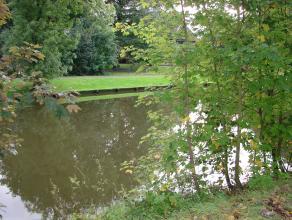 Exclusief gelegen eigendom aan de oevers van de leie op 7.640 m². Landelijk zicht, uiterst rustig gelegen. Toegangsweg is enkel toegankelijk voor