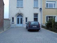 Statige ruime herenwoning gelegen langs verbindingsweg naar Deinze. Deze woonst heeft een ruime parkeergelegenheid voor 4 auto's voor de woning en bes