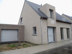 Moderne ruime half-open nieuwbouwwoning op 450 m² grond met ruim terras en tuin. Indeling : inkom, apart toilet, living, moderne ingerichte keuke