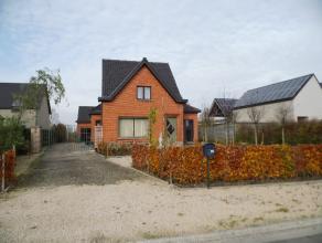 Ruime alleenstaande woning op rustige ligging op een perceel van 1.053 m². Indeling : inkom, living met spekkachel, ingerichte keuken, droge keld