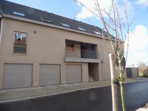 Recent duplex appartement aan de rand van het centrum van Deinze met terras en garage. Indeling : inkom, berging, gastentoilet, living, ingerichte keu