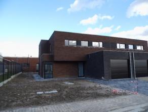 Moderne half-open woning op 395 m² in rustige verkaveling dicht bij ring en ziekenhuis van Tielt in kleine kindvriendelijke verkaveling. Indeling