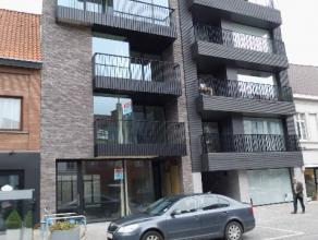 Hedendaagse tijdloze architectuur zowel aan buiten als binnen zijde van dit appartement. Ruime living met open keuken, berging, badkamer, apart toilet