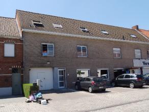 1 slaapkamer appartement met autostaanplaats voor het gebouw. Indeling : inkom, apart toilet, living met open ingerichte keuken, 1 slaapkamers, badkam