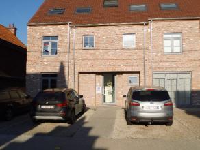 Ruim appartement met groot terras, tuin, autostaanplaats voor gebouw en garage dicht bij centrum en vlotte verbindingswegen. Inkom, apart toilet, livi