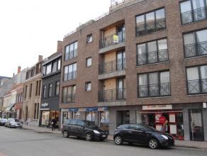 Recent appartement op 71m² opp, living, ingerichte keuken en badk, 1 slaapk, berging, klein balkon, garage, zeer centraal gelegen (alg kosten 40