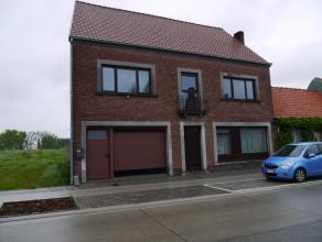 Vernieuwde woning bestaande uit living, nieuwe keuken en badk, 3 slaapk, bureel, berging, garage, tuin met terras, instapklaar