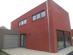 Nieuwbouw rijwoning, 231m² opp, living, moderne keuken en badk (bad + aparte douche), ruime berging, garage, 3 slaapkamers, tuin met terras