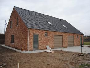 Halfopen bebouwing op 343m² opp, living, ingerichte keuken en badk, 3 slaapk, garage, tuin en terras, centrale ligging