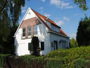 Villa op 858m² opp, bestaande uit living, keuken, badkamer, 2 grotere en 1 kleine kamer, garage, ruime tuin met terras en tuinberging, op te fris