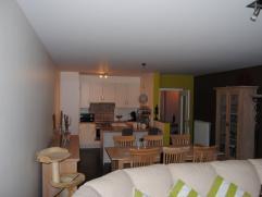 Appartement op 1e verdiep, 81m², living, volledig geïnstalleerde open keuken, 2 slaapk, badk, terras, zeer goede staat(algemene kosten +euro