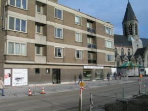 Knus appartement met 1 slaapkamer in het centrum van Deinze. Inkom, gastentoilet, zonnige living met massief parket. Nieuwe keuken met graniet werkbla