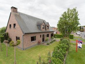Mooie gezinsvilla op 774 m², in de dorpskern van Eine, kwalitatief afgewerkt. Inkom met gastentoilet, bureel, living/salon waar huiselijke sfeer