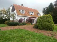 Contactname: Kenneth De Wannemaeker - 0472/71.81.71 Deze schitterende, door groen omgeven villa is gelegen op een boogscheut van Gent en biedt een moo