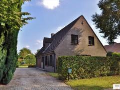 Zeer goed gelegen villa, nabij kasteel Borluut, omvat een inkomhal, living, eetplaats, keuken, berging, 4 slaapkamers, badkamer en dubbele garage. Nie