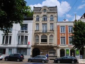 goed gelegen herenhuis met tuin, terras, koetshuis, volledig gerenoveerd, gelegen nabij het Sint-Pieterstation. omvat 3 kelders, op het gelijkvloers: