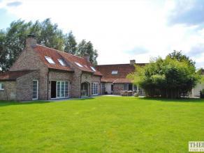 Dit recent landhuis bevindt zich op een uitgestrekt terrein van 27.087 m², wat zorgt voor de nodige rust en prachtige zichten. Het oorspronkelijk