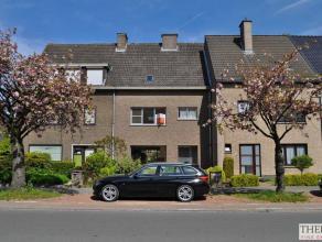 Deze woning geniet een centrale ligging nabij tal van invalswegen en het UZ van Gent. Ze omvat een living met open haard, een eetplaats, een keuken, 3