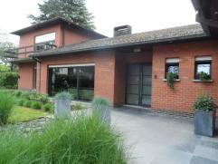 Deze ruime multifunctionele villa biedt vele mogelijkheden. De eigendom werd grondig gerenoveerd in 2001 en is ? gezien de 2 afzonderlijke ingangen ?