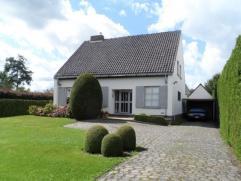Deze charmante villa dateert van midden jaren ?60, maar werd door de huidige eigenaar/bewoner smaakvol opgefrist. Het mooie perceel, 940 m² groot