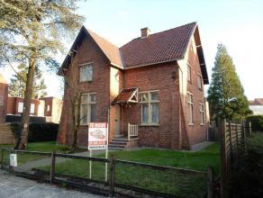 Charmante villa met mooie tuin centrum Waregem! Deze opgefriste woning munt uit in gezelligheid. Indeling: Inkom, living (met parket en doorkijkhaard)