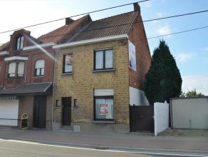 Halfopen woning, nabij het centrum van Waregem, bestaat uit een inkom, eetplaats, living, keuken, berging en badkamer. Er is ook graspleintje met zwem