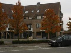 Aangenaam appartement op de tweede verdieping in het centrum van Aalter. Grote uitvalswegen onmiddellijk bereikbaar. Indeling: inkomhall, living, inge