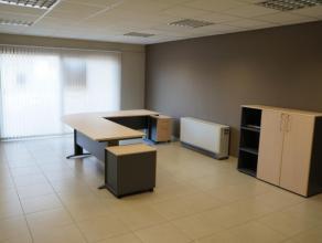 Mooie gelijkvloerse handelsruimte die mits enkele werken als appartement kan worden ingericht. Totale bewoonbare oppervlakte: 113m² De handelsrui