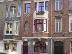 Deze stijlvolle en gezellige woning is afgewerkt met een Engels landelijke karakter. Deze herenwoning is volledig gerenoveerd en biedt alle luxe in de