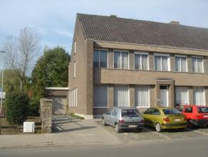 Huis voor vrij beroep in het centrum van Temse op een tot. opp. van 370 m², gelijkvloers: grote praktijkruimte, wachtplaats met eigen toilet, bur