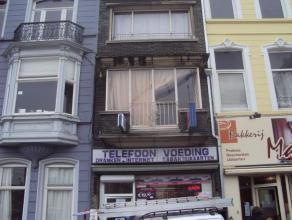 Handelspand met woonst, 4 slaapkamers, verhuurd aan euro 1.100/maand. Voor meer info en/of bezoek bel Aurélie: 0494 80 77 88